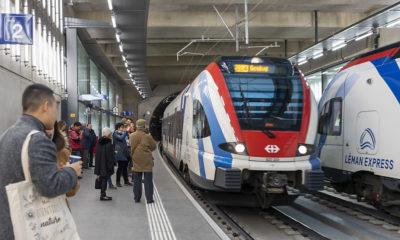 des voyageurs attendent en gare le nouveau Léman Express