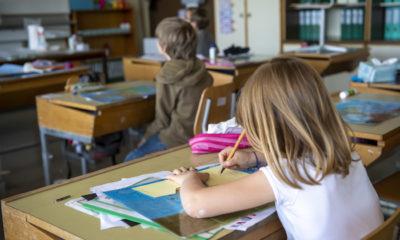 Une classe avec des enfants en garderie sont photographies a l'ecole de Lully, les ecoles se preparent et mettent en place le normes afin de repondre aux normes sanitaire de la pandemie de Coronavirus Covid-19, ce jeudi 7 mai 2020 a Lully pres de Geneve. Les ecoles vont reouvrir dans le Canton de Geneve ce lundi 11 mai en alternance une groupe d'eleves le matin et le reste de la classe l'apres-midi (KEYSTONE/Martial Trezzini)
